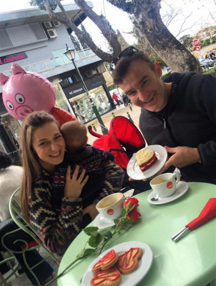 To ερωτευμένο ζευγάρι της ελληνικής showbiz γιορτάζει τον Άγιο Βαλεντίνο με το νεογέννητο γιο του