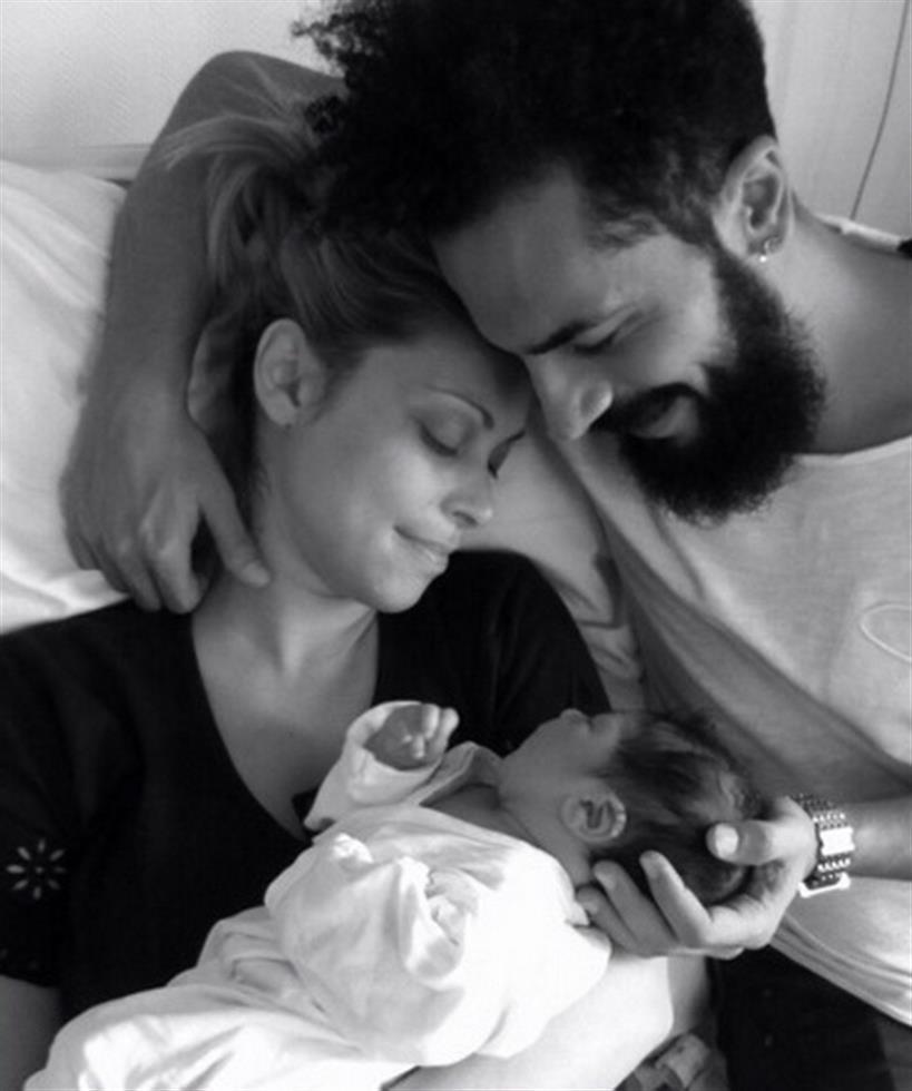Η φωτογραφία της Ελληνίδας celebrity με το μωρό και τον σύντροφό της στο μαιευτήριο