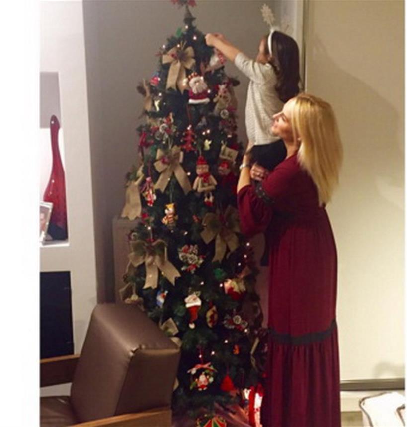 H παρουσιάστρια της μεσημεριανής ζώνης στόλισε δέντρο με την κορούλα της