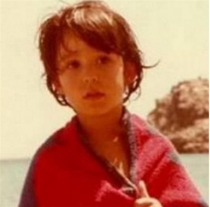 Κατερίνα Παπουτσάκη: Είδαμε φωτογραφία από τα παιδικά της χρόνια και ήταν ένα κουκλάκι!
