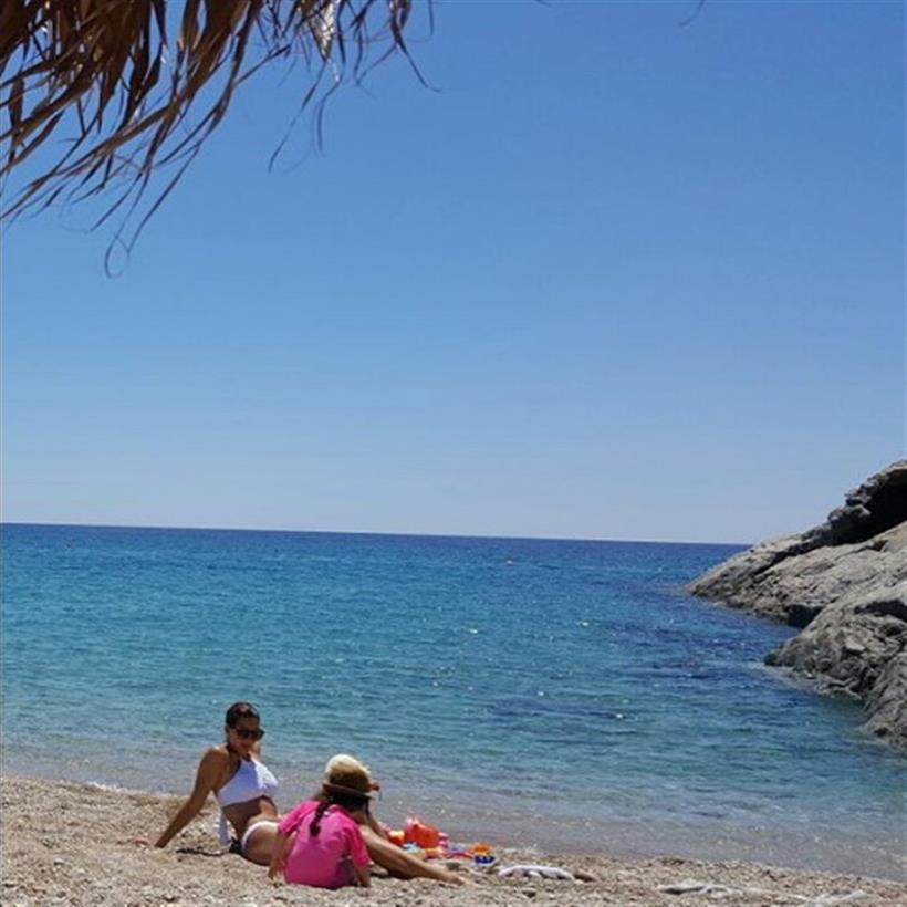 Τσιμτσιλή: Δείτε πόσο έχουν μεγαλώσει οι κορούλες της - Η φωτογραφία στην παραλία!