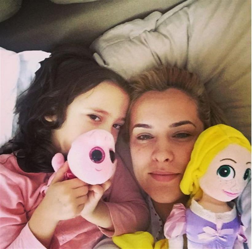 Η ξανθιά παρουσιάστρια περνά το πρωί στο κρεβάτι με την κορούλα της!
