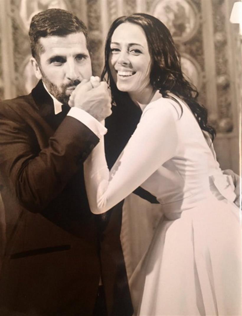Το ζευγάρι της ελληνικής showbiz περιμένει το πρώτο του παιδί και είδαμε αδημοσίευτη φωτογραφία από το γάμο του