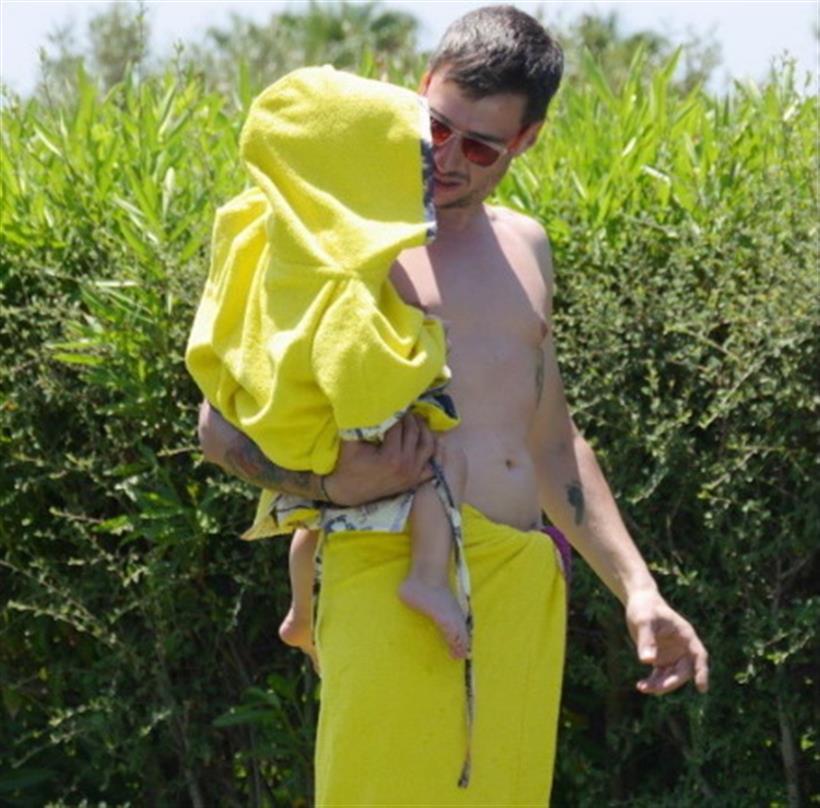 Η Ελληνίδα εγκυμονούσα φωτογραφίζει τον σύζυγο και τον γιο της