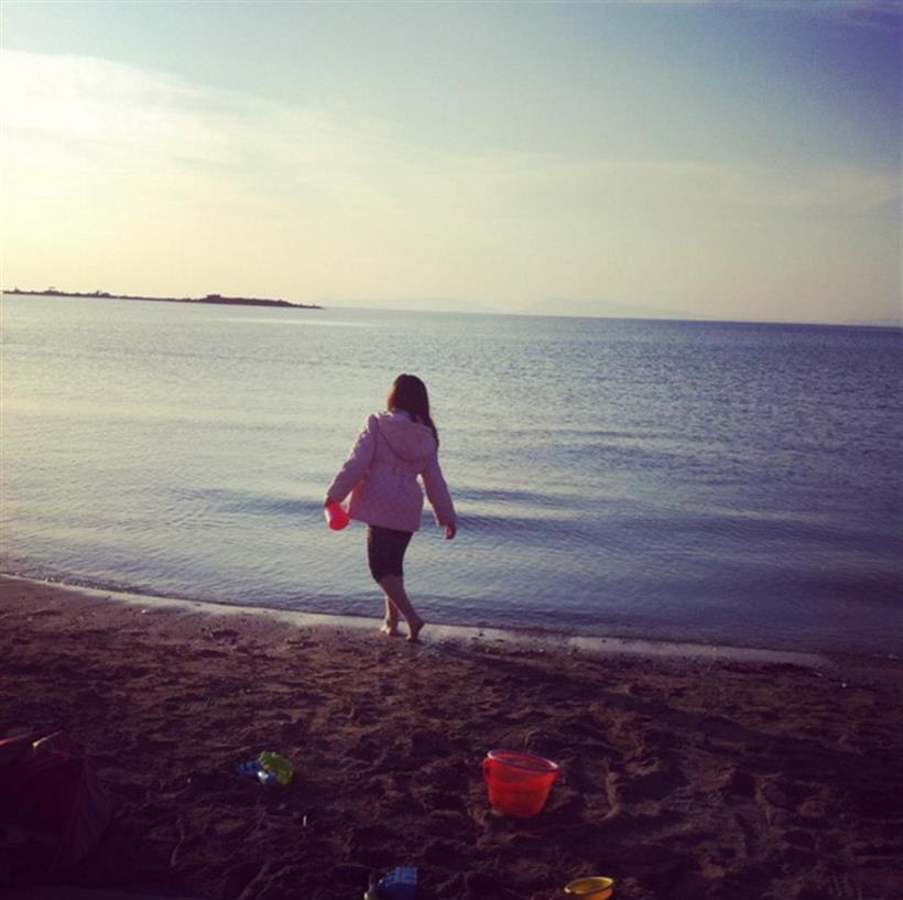 H Ελληνίδα παρουσιάστρια και μανούλα πήρε τα... κουβαδάκια της και πήγε παραλία!