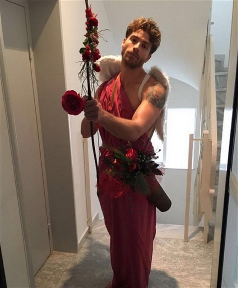 O Έλληνας παρουσιάστης ντύθηκε... Έρωτας για να κάνει έκπληξη στη σύζυγό του